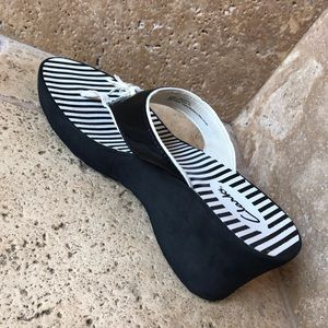 Clarks Black Striped Thong Wedge Sandals 8M